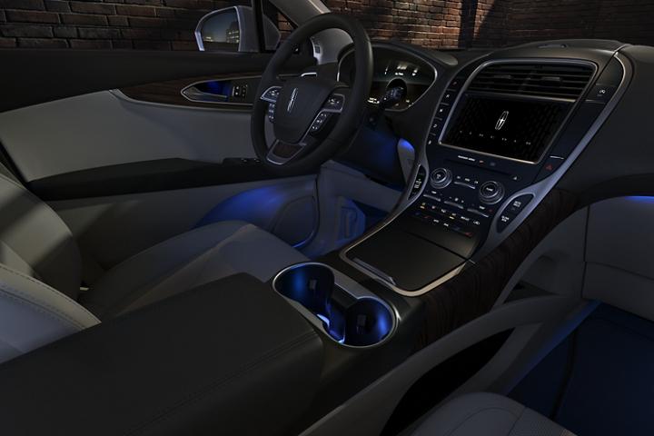 El interior de la Lincoln Nautilus 2020 brilla con la luz ambiental en azul frío