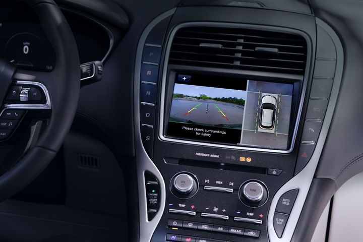 La pantalla táctil central muestra lo que sucede alrededor de la Lincoln Nautilus 2020 a través de la cámara de 3 60 grados