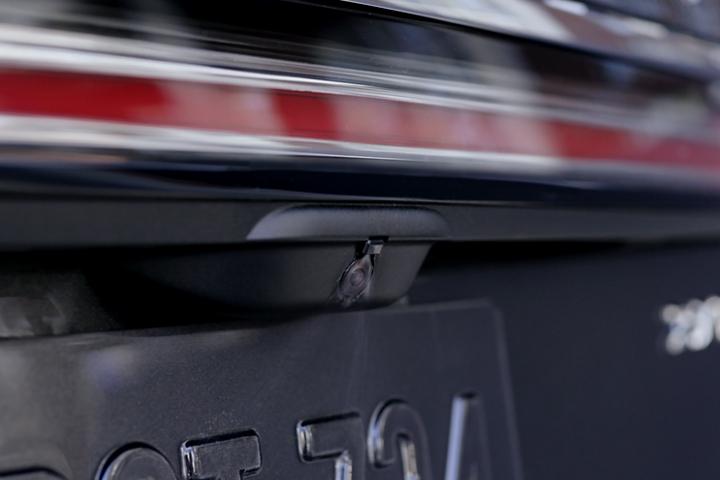 Imagen del espray del sistema de limpieza de la cámara trasera limpiando la lente de la misma