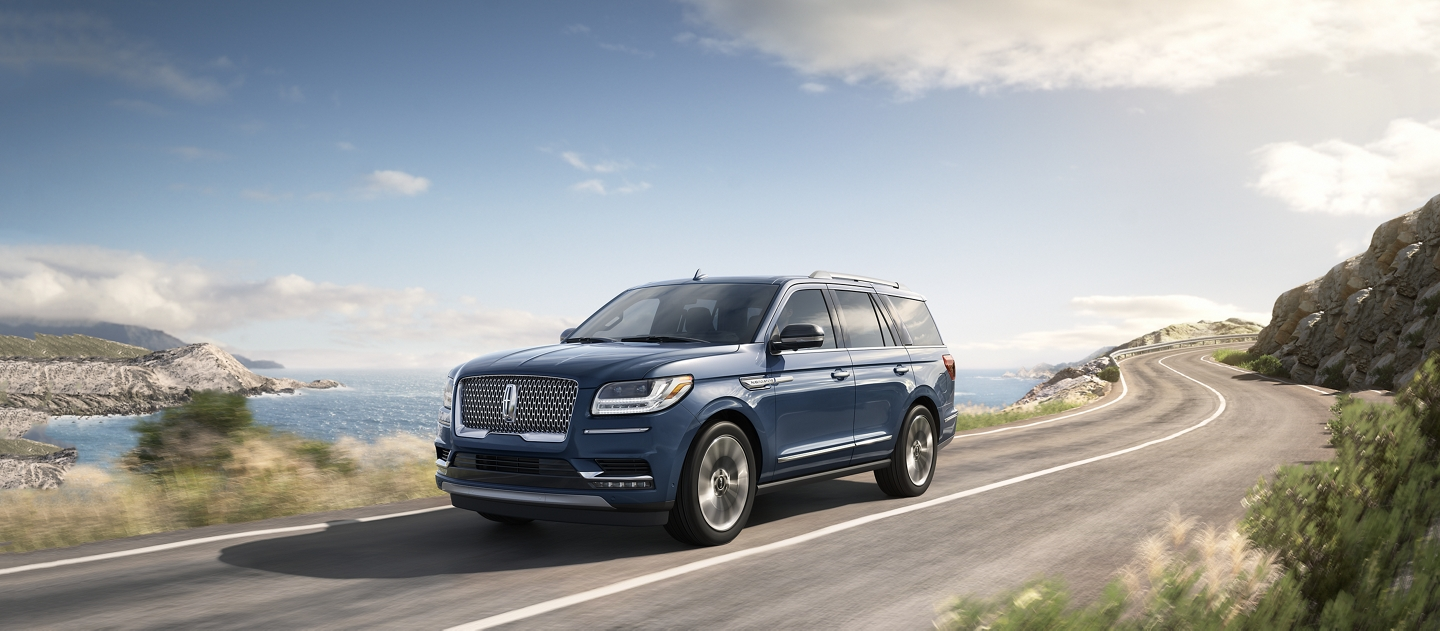 A Lincoln Navigator is shown in the Blue Diamond Metallic exterior color