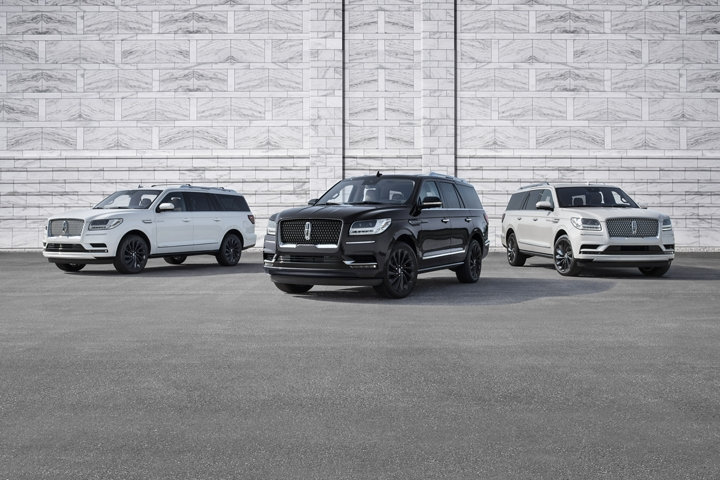 A shot of three 2020 Lincoln Navigator vehicles in Pristine White Infinite Black and Ceramic Pearl show the Monochromatic exterior colors